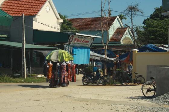 Quảng Ngãi: Xây chợ tiền tỷ, tiểu thương vẫn họp chợ ngoài đường ảnh 5