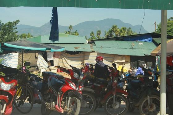 Quảng Ngãi: Xây chợ tiền tỷ, tiểu thương vẫn họp chợ ngoài đường ảnh 4