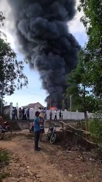 Cháy kho sản xuất mui nệm ở Quảng Ngãi ảnh 1
