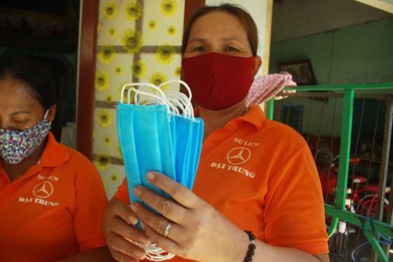 Quảng Ngãi: Cả làng may khẩu trang phát miễn phí chống dịch Covid-19 ảnh 10