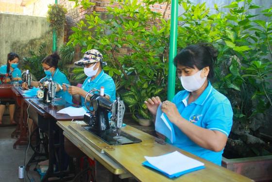 Quảng Ngãi: Cả làng may khẩu trang phát miễn phí chống dịch Covid-19 ảnh 5