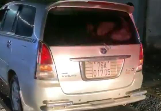 Phát hiện 1 xe ô tô chở 6 người từ Đà Nẵng vào Quảng Ngãi trốn cách ly y tế ảnh 1