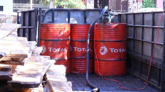 Bị bắt quả tang khi đang mua bán dầu diesel giả ảnh 1