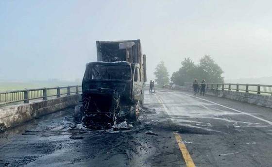 Quảng Ngãi: Đang lưu thông, xe container bất ngờ bốc cháy  ảnh 1
