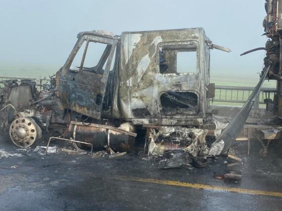 Quảng Ngãi: Đang lưu thông, xe container bất ngờ bốc cháy  ảnh 2