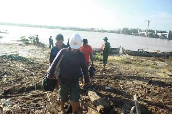 Cảnh cáo các nhà thầu để công nhân mắc kẹt giữa sông Trà Khúc trong bão số 9 ảnh 1