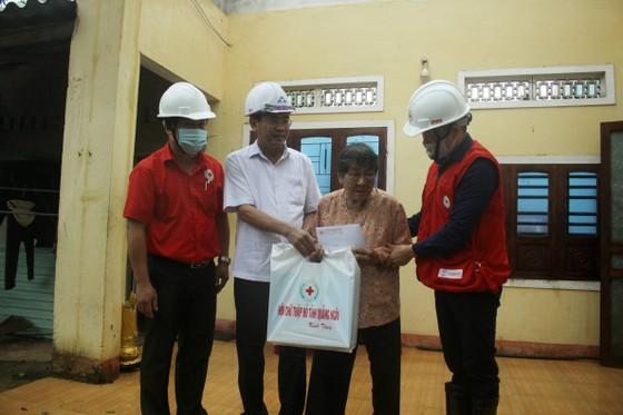 Trung ương Hội Chữ thập đỏ Việt Nam cứu trợ khẩn cấp cho các hộ dân tỉnh Quảng Ngãi ảnh 2