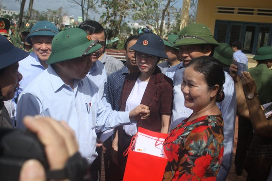 Thủ tướng Nguyễn Xuân Phúc thăm và tặng quà đồng bào Quảng Nam, Quảng Ngãi thiệt hại do bão số 9 ảnh 6