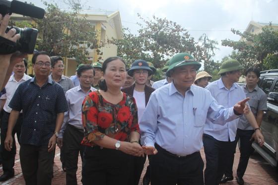 Thủ tướng Nguyễn Xuân Phúc thăm và tặng quà đồng bào Quảng Nam, Quảng Ngãi thiệt hại do bão số 9 ảnh 5