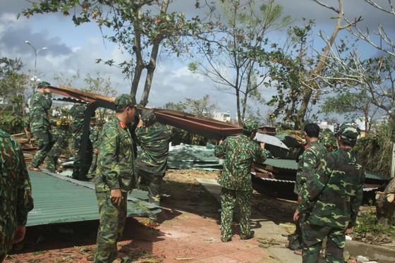 Thủ tướng Nguyễn Xuân Phúc thăm và tặng quà đồng bào Quảng Nam, Quảng Ngãi thiệt hại do bão số 9 ảnh 7