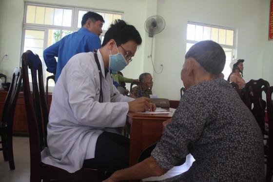 Thành đoàn TPHCM hỗ trợ người dân tỉnh Quảng Ngãi khắc phục bão số 9 ảnh 4