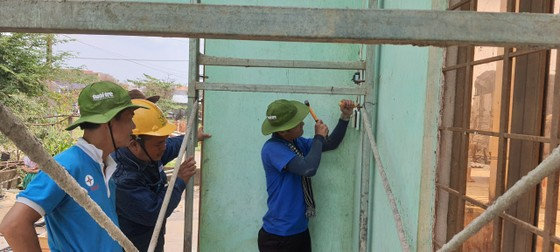 Thành đoàn TPHCM hỗ trợ người dân tỉnh Quảng Ngãi khắc phục bão số 9 ảnh 9