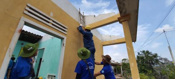 Thành đoàn TPHCM hỗ trợ người dân tỉnh Quảng Ngãi khắc phục bão số 9 ảnh 8