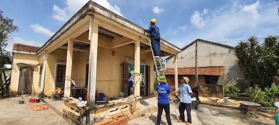 Thành đoàn TPHCM hỗ trợ người dân tỉnh Quảng Ngãi khắc phục bão số 9 ảnh 10
