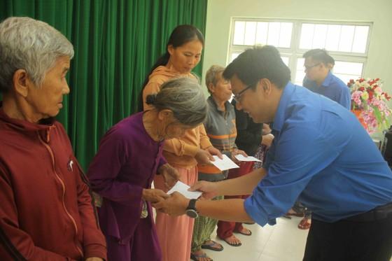 Thành đoàn TPHCM hỗ trợ người dân tỉnh Quảng Ngãi khắc phục bão số 9 ảnh 1
