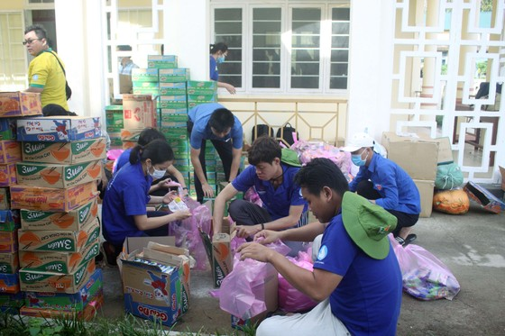 Thành đoàn TPHCM hỗ trợ người dân tỉnh Quảng Ngãi khắc phục bão số 9 ảnh 6