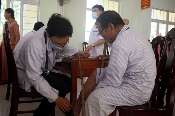 Thành đoàn TPHCM hỗ trợ người dân tỉnh Quảng Ngãi khắc phục bão số 9 ảnh 3