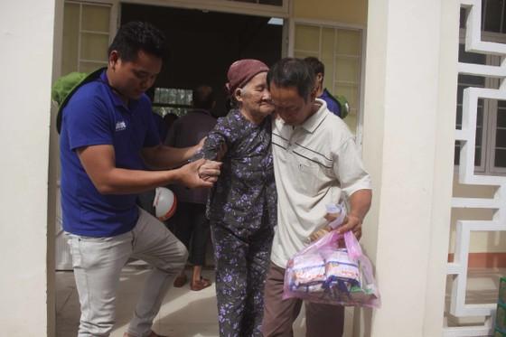Thành đoàn TPHCM hỗ trợ người dân tỉnh Quảng Ngãi khắc phục bão số 9 ảnh 7