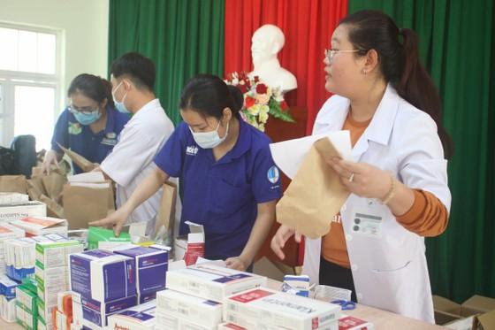 Thành đoàn TPHCM hỗ trợ người dân tỉnh Quảng Ngãi khắc phục bão số 9 ảnh 5