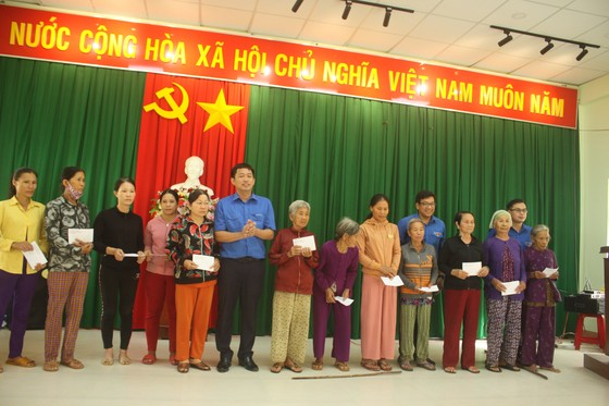 Thành đoàn TPHCM hỗ trợ người dân tỉnh Quảng Ngãi khắc phục bão số 9 ảnh 2