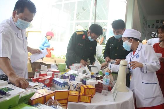 Đoàn công tác Bộ Quốc phòng khám, phát thuốc cho người dân tỉnh Quảng Ngãi khắc phục hậu quả bão số 9 ảnh 4