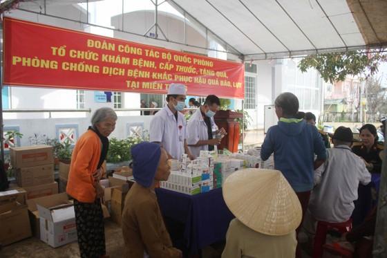 Đoàn công tác Bộ Quốc phòng khám, phát thuốc cho người dân tỉnh Quảng Ngãi khắc phục hậu quả bão số 9 ảnh 1