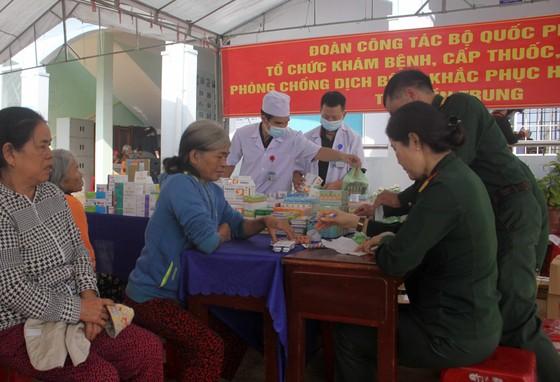 Đoàn công tác Bộ Quốc phòng khám, phát thuốc cho người dân tỉnh Quảng Ngãi khắc phục hậu quả bão số 9 ảnh 5