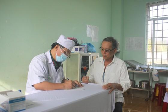 Đoàn công tác Bộ Quốc phòng khám, phát thuốc cho người dân tỉnh Quảng Ngãi khắc phục hậu quả bão số 9 ảnh 2