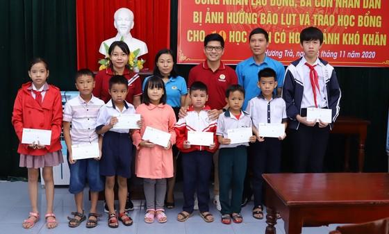 Đoàn công tác Bộ Quốc phòng khám, phát thuốc cho người dân tỉnh Quảng Ngãi khắc phục hậu quả bão số 9 ảnh 6