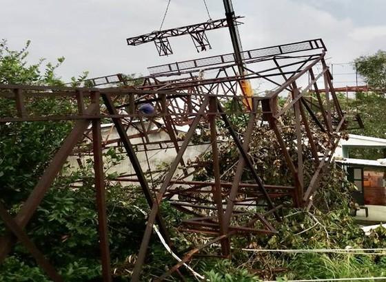 Pano quảng cáo gãy đổ làm sập mái 3 nhà dân ở Quảng Ngãi ảnh 1