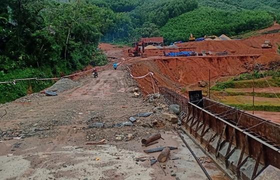 Quảng Ngãi di dời 300 người dân vì vết nứt núi sạt lở kéo dài ảnh 6