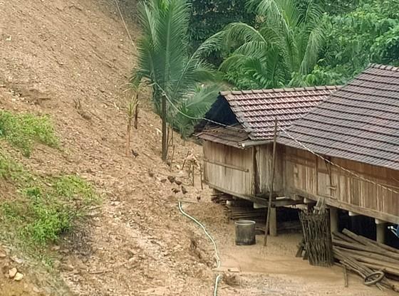 Quảng Ngãi di dời 300 người dân vì vết nứt núi sạt lở kéo dài ảnh 1