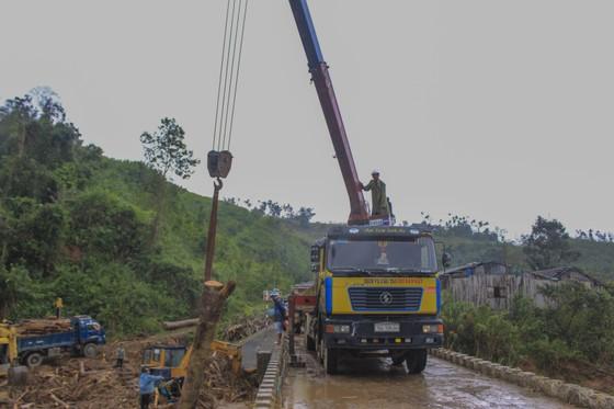 Quảng Ngãi: hàng chục khối gỗ theo lũ đổ về, người dân đổ xô đi vớt ảnh 5