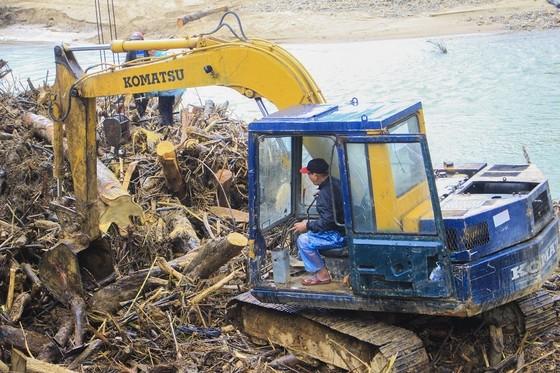 Quảng Ngãi: hàng chục khối gỗ theo lũ đổ về, người dân đổ xô đi vớt ảnh 1