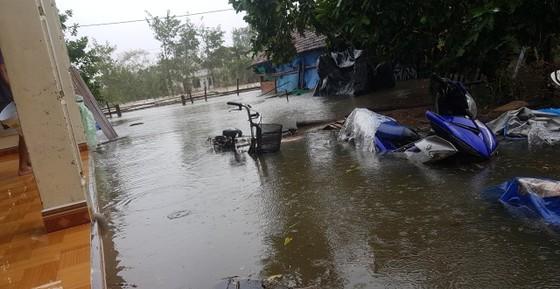 Nhiều nơi ở Quảng Ngãi ngập sâu, 4 sà lan trôi dạt trên cảng Dung Quất ảnh 6