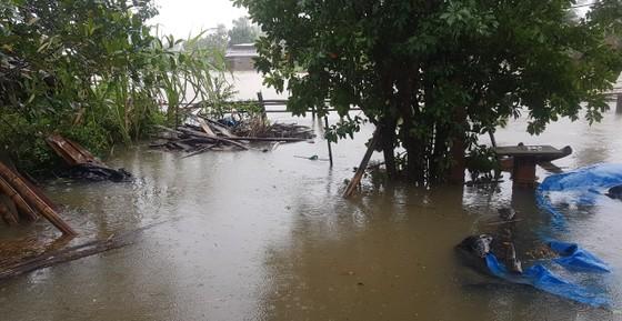 Nhiều nơi ở Quảng Ngãi ngập sâu, 4 sà lan trôi dạt trên cảng Dung Quất ảnh 5