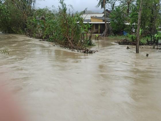 Nhiều nơi ở Quảng Ngãi ngập sâu, 4 sà lan trôi dạt trên cảng Dung Quất ảnh 3
