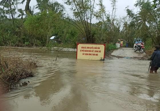 Nhiều nơi ở Quảng Ngãi ngập sâu, 4 sà lan trôi dạt trên cảng Dung Quất ảnh 1