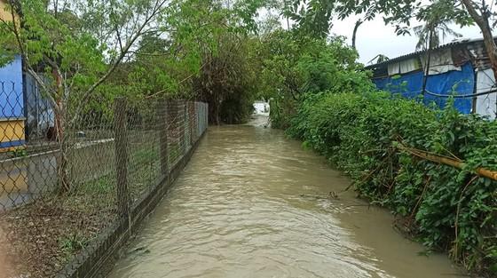 Nhiều nơi ở Quảng Ngãi ngập sâu, 4 sà lan trôi dạt trên cảng Dung Quất ảnh 2