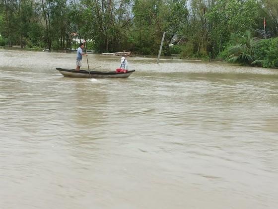 Nhiều nơi ở Quảng Ngãi ngập sâu, 4 sà lan trôi dạt trên cảng Dung Quất ảnh 4