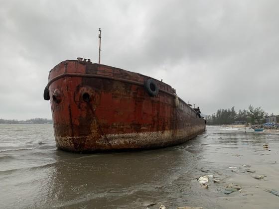 Nhiều nơi ở Quảng Ngãi ngập sâu, 4 sà lan trôi dạt trên cảng Dung Quất ảnh 8