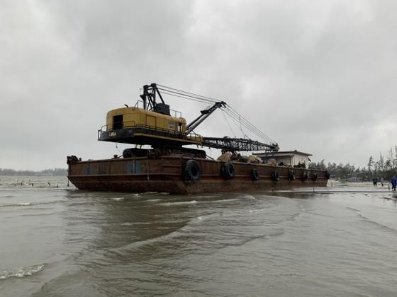 Nhiều nơi ở Quảng Ngãi ngập sâu, 4 sà lan trôi dạt trên cảng Dung Quất ảnh 7