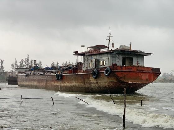 Nhiều nơi ở Quảng Ngãi ngập sâu, 4 sà lan trôi dạt trên cảng Dung Quất ảnh 9