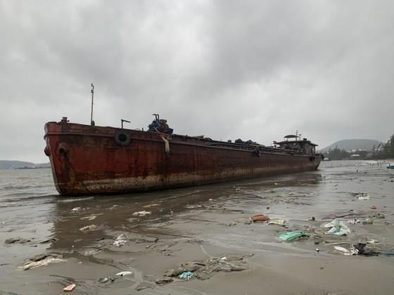 Nhiều nơi ở Quảng Ngãi ngập sâu, 4 sà lan trôi dạt trên cảng Dung Quất ảnh 10