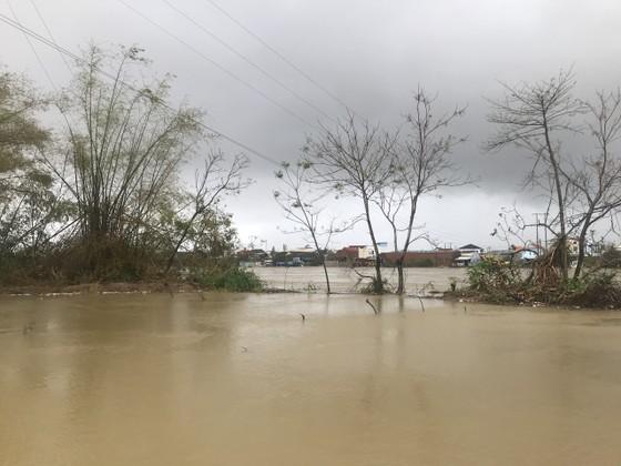 Nước lũ dâng cao, nhiều nơi ở Quảng Ngãi bị ngập sâu ảnh 5