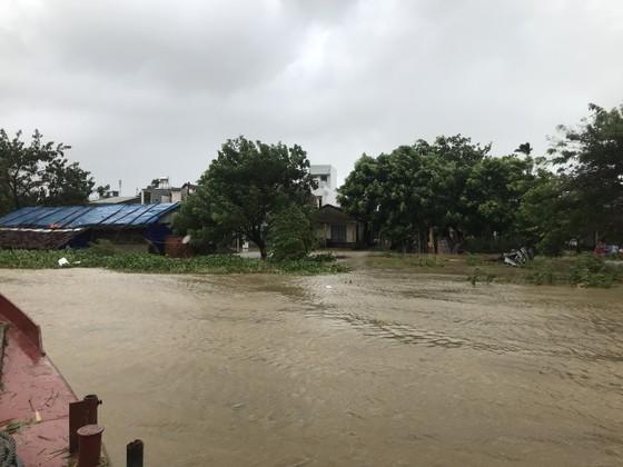 Nước lũ dâng cao, nhiều nơi ở Quảng Ngãi bị ngập sâu ảnh 11