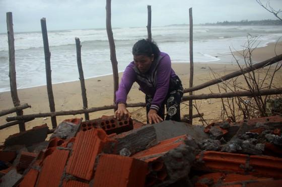 Người dân ven biển Quảng Ngãi cuống cuồng vì sạt lở ảnh 2