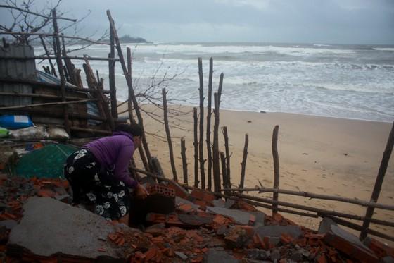 Người dân ven biển Quảng Ngãi cuống cuồng vì sạt lở ảnh 10