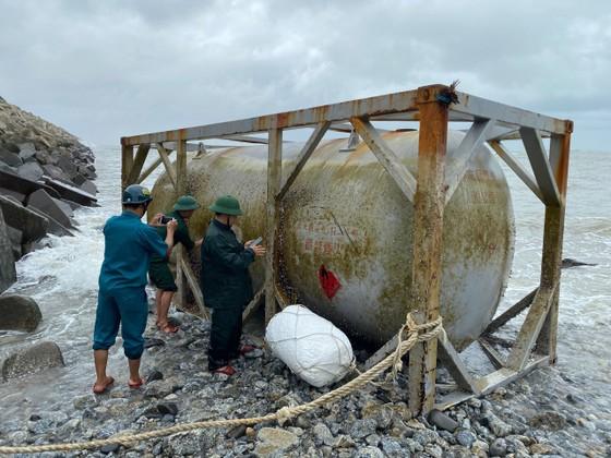 Quảng Ngãi phát hiện ba vật thể lạ trôi dạt vào bờ biển ảnh 1