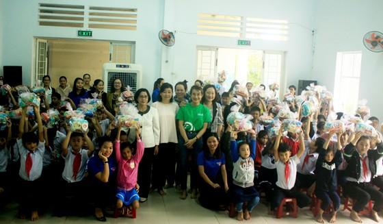 Báo SGGP và Công ty TNHH Grab Việt Nam trao 100 triệu đồng hỗ trợ Trung tâm Nuôi dạy trẻ khuyết tật Võ Hồng Sơn ảnh 2
